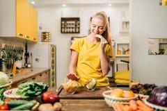 烹调的女性,有机食品准备 库存照片
