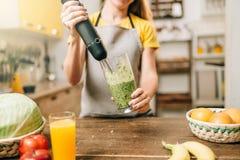 烹调的女性,混合的健康有机食品 免版税库存照片