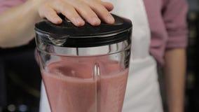 烹调的妇女在家,果子莓果鸡尾酒用芝麻,混合成份特写镜头在搅拌器的 r 股票视频