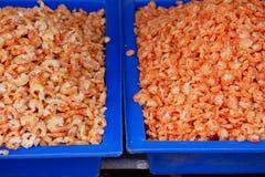 烹调的小干虾在市场上 图库摄影