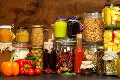 烹调的成份在一张木桌上 杯煮熟的菜和果酱 厨师` s工作场所 库存图片