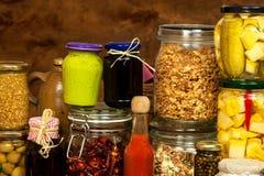 烹调的成份在一张木桌上 杯煮熟的菜和果酱 厨师` s工作场所 库存照片