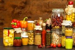 烹调的成份在一张木桌上 杯煮熟的菜和果酱 厨师` s工作场所 免版税库存图片