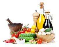 烹调的新鲜的成份:蕃茄、黄瓜、蘑菇和sp 免版税库存照片