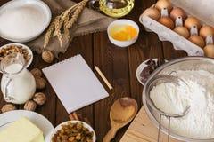 烹调的有机食品在木土气厨房板 烘烤准备 免版税库存照片