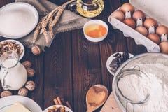 烹调的有机食品在木土气厨房板 被定调子的图象90s样式 免版税库存图片