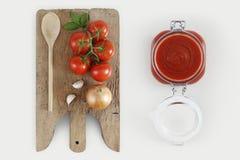 烹调的概念与木切板,蕃茄,葱, b 库存照片