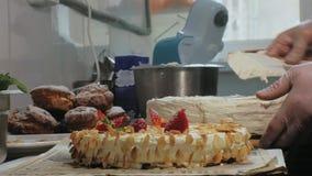 烹调的概念 专业点心师做一个可口蛋糕,特写镜头 股票视频
