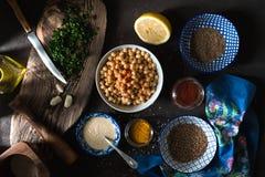 烹调的沙拉三明治、鸡豆、tahini和香料成份 免版税图库摄影