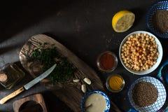 烹调的沙拉三明治、鸡豆、tahini和香料自由空间成份 免版税图库摄影