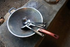 烹调的泰国火炉和平底锅用途,加热烧伤在火炉上面的黑碳木炭和流动风入botto 免版税库存照片
