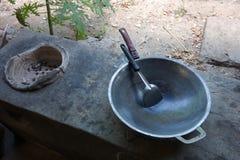 烹调的泰国火炉和平底锅用途,加热烧伤在火炉上面的黑碳木炭和流动风入botto 库存照片
