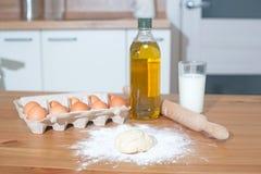 烹调的烘烤-面粉,鸡蛋,油,在木桌,厨房背景上的牛奶面团成份 图库摄影