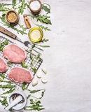 烹调的猪肉成份用草本和胡椒边界,文本木土气背景顶视图的地方 免版税库存照片