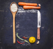 烹调的米与菜,刀子,一把木匙子,柠檬,辣,胡椒,大蒜成份排行了与正文的框架  免版税库存照片