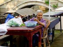 烹调的老妇人triming的菜 免版税库存图片