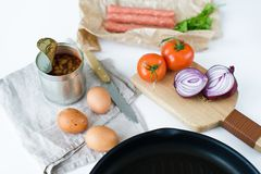 烹调的英式早餐成份在白色背景 免版税库存照片