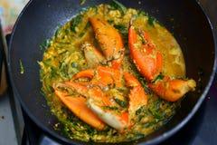 烹调的螃蟹油煎了用在平底锅的咖喱, topview 免版税库存照片