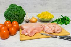 烹调的说谎面团与鸡和的硬花甘蓝成份  免版税库存照片
