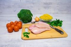 烹调的面团成份与鸡和硬花甘蓝 免版税图库摄影