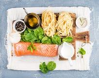 烹调的面团tagliatelle成份与三文鱼、菠菜和奶油 库存图片