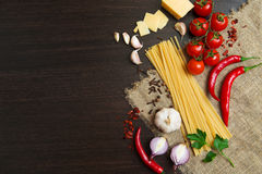 烹调的经典意大利食物产品 免版税库存图片