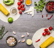 烹调的素食面卷饼成份排行了框架,用蕃茄、胡椒,辣辣椒、玉米、乳酪和大蒜边界与s 库存图片