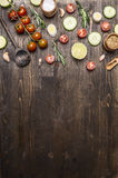 烹调的素食食物木匙子,西红柿,莳萝,荷兰芹,胡椒边界,在木ru的地方文本成份 库存照片