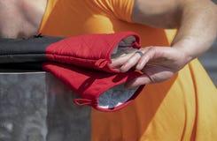 烹调耐用热的露指手套的人外部伸手可及的距离用有黑圆环的-特写镜头手-选择聚焦 库存照片