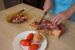 烹调肉切板和菜的刀子的概念在土气背景 烹调健康的食物 免版税库存图片