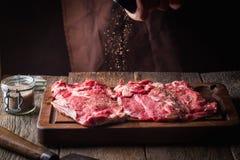 烹调肉牛排的人 库存照片