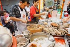 烹调肉的街道餐馆的工作者断送室外 库存照片