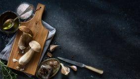 烹调背景的秋天;有机porcini蘑菇 库存图片
