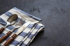 烹调背景的食物 粗心大意的简单表设置 套有木把柄的利器 图库摄影