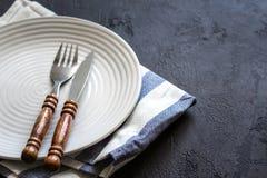 烹调背景的食物 粗心大意的简单表设置 套有木把柄的利器 免版税库存照片