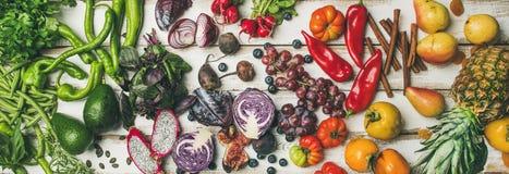 烹调背景,顶视图的Helathy未加工的素食主义者食物 免版税库存图片
