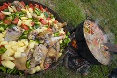 烹调膳食户外与在开火的罐 图库摄影