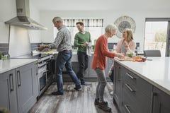 烹调膳食的家庭 免版税库存照片