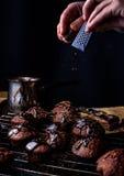烹调自创巧克力蛋糕 免版税图库摄影