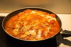 烹调自创肉烤宽面条 免版税库存图片