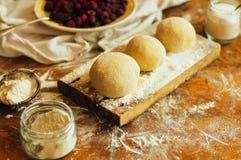 烹调自创莓蛋糕 滚动馅饼面团的妇女 免版税库存照片