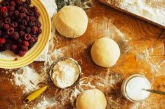 烹调自创莓蛋糕 滚动馅饼面团的妇女 免版税库存图片