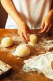 烹调自创莓蛋糕 滚动馅饼面团的妇女 免版税图库摄影