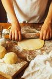 烹调自创莓蛋糕 滚动馅饼面团的妇女 图库摄影