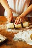 烹调自创莓蛋糕 滚动馅饼面团的妇女 库存图片