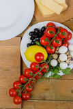 烹调自创菜沙拉用西红柿、乳酪和鹌鹑蛋 垂直 免版税图库摄影