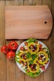 烹调自创菜沙拉用西红柿、乳酪和鹌鹑蛋 垂直 免版税库存图片