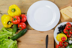 烹调自创菜沙拉用西红柿、乳酪和鹌鹑蛋 水平 免版税库存照片