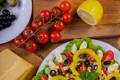 烹调自创菜沙拉用西红柿、乳酪和鹌鹑蛋 水平 库存照片