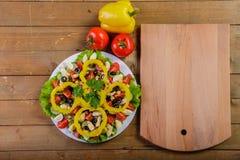 烹调自创菜沙拉用西红柿、乳酪和鹌鹑蛋 水平 免版税图库摄影